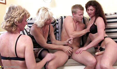 در یک تخت بزرگ, او قرار دادن یک ورزش ها انعطاف پذیر در عکس های از سکس دیک