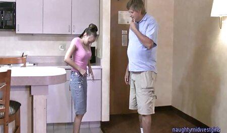 انعطاف پذیر بانوی نوجوان طول می کون های تپل مپل کشد یک شلنگ بزرگ در شمار مختلف